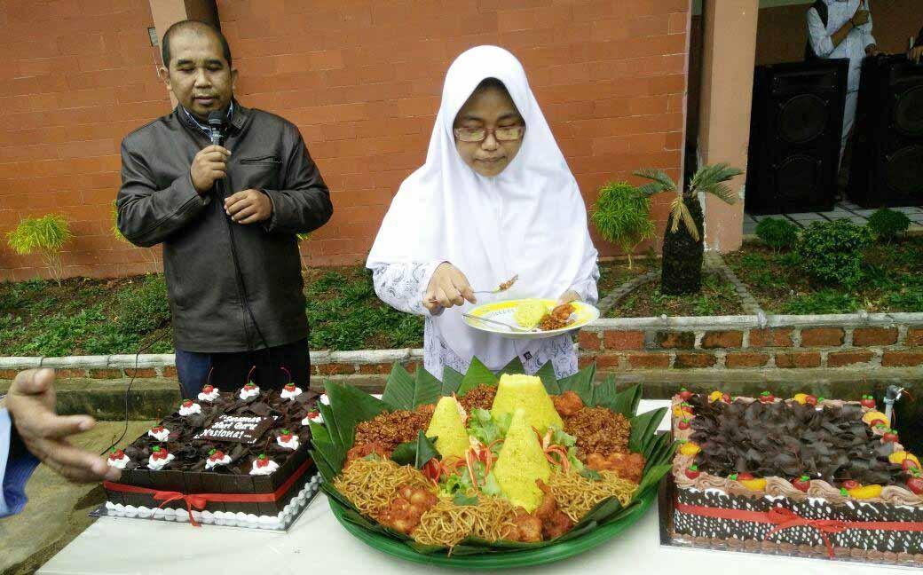Rayakan Hari Guru, Siswa-siswi SMA IT Yabis Bersyukur